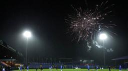 Kembang api menghiasi langit saat pertandingan antara  Stockport County melawan West Ham United pada laga Piala FA di Stadion Edgeley Park, Senin (11/1/2021). West Ham United menang dengan skor tipis 1-0. (Martin Rickett/Poolvia AP)