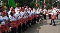 Para pelajar di Jakarta rela panas-panas untuk semangati pelari Kirab Obor Asian Games 2018 (Foto: Ady Anugrahadi/Merdeka.com)