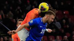 Bek Timnas Belanda Nathan Ake mencetak gol saat melompat untuk berebut bola dengan pemain Estonia Mikhel Ainsalu pada matchday terakhir Grup C  Kualifikasi Piala Eropa 2020 di Johan Cruijff Arena, Selasa (19/11/2019). Belanda mengandaskan Estonia dengan skor 5-0. (AP Photo/Peter Dejong)