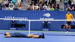 Petenis Serbia, Novak Djokovic merayakan kemenangannya atas Juan Martin del Potro dari Argentina pada partai final AS Terbuka  2018 di New York, Minggu (9/9). Djokovic mengalahkan Del Potro tiga set langsung 6-3, 7-6 (4), 6-3. (AP/Andres Kudacki)