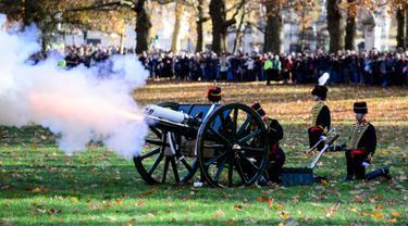 Anggota Raja Pasukan Royal Horse menembakkan meriam untuk merayakan ulang tahun ke-70 Pangeran Charles di Green Park, London, Rabu (14/11). Ulang tahun Pangeran Charles ditandai dengan 41 kali tembakan salvo. (Sgt Randall RGC/CROWN COPYRIGHT 2018/AFP)