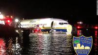 Pesawat Boeing 737-800 maskapai Miami Air International, rute penerbangan Guantanamo - Florida, tergelincir ke sungai saat mendarat di lokasi tujuan pada Jumat 3 Mei 2019 malam waktu lokal (kredit: Office of Sheriff Jacksonville Police)