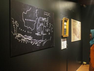 Pengunjung melihat peta perjuangan Pangeran Diponegoro di  Kamar Diponegoro, Museum Sejarah, Jakarta, Senin (1/4). amar Diponegoro merupakan salah satu ruangan yang digunakan selama 26 hari penahanan singkatnya di Balai Kota Batavia (Stadhuis). (Liputan6.com/Faizal Fanani)