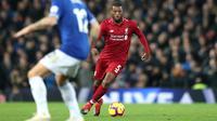 Gelandang Liverpool, Georginio Wijnaldum menggiring bola saat bertanding melawan Everton pada lanjutan Liga Inggris di Anfield Stadium (2/12). Liverpool menang tipis 1-0 atas Everton. (AP Photo / Jon Super)