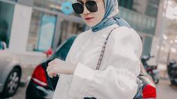 Busana dengan nuansa monokrom menjadi favorit bagi banyak wanita. Menggunakan blouse putih dan aksoris berwarna gelap, membuat gaya wanita 25 tahun ini terlihat hidup dan tak monoton. (Liputan6.com/IG/@melodyprima)