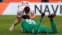 Pemain AC Milan Alessio Romagnoli mengucapkan selamat kepada Gianluigi Donnarumma usai menang atas Lazio pada laga leg kedua semifinal Coppa Italia di Stadio Olimpico, Rabu (28/2). Milan lolos ke final lewat adu penalti 5-4. (Ettore Ferrari/ANSA via AP)