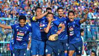Selebrasi gol gelandang Arema, Dendi Santoso, ke gawang Persebaya di Stadion Kanjuruhan, Kabupaten Malang, Kamis (15/8/2019). (Bola.com/Iwan Setiawan)