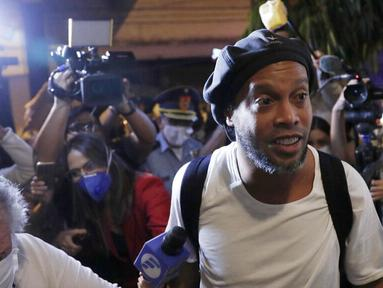 Mantan bintang Barcelona, Ronaldinho, kembali menghirup udara segar. Pria asal Brasil itu akhirnya dibebaskan dari penjara di Paraguay. (AP/Jorge Saenz)