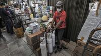 Pedagang merapikan tabung oksigen ukuran 1 kubik yang sudah dipesan pembeli di Pasar Pramuka, Jakarta, Kamis (24/6/2021). Salah seorang pedagang, Jahendri (45) mengungkapkan ketersediaan tabung oksigen di Pasar Pramuka mengalami kelangkaan bahkan hampir kosong. (merdeka.com/Iqbal S. Nugroho)