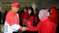Sesmenpora, Alfitra Salam menyalami atlet PNS usai pelepasan kontingen Asean Civil Service Games 2015 di Wisma Kemenpora Jakarta, Rabu (11/11/2015). 55 atlet PNS dari berbagai instansi akan berlaga di ACSG 2015 Malaysia. (Liputan6.com/Helmi Fithriansyah)
