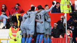 Perayaan gol pemain West Ham usai Felipe Anderson mencetak gol penyama kedudukan pada laga lanjutan Premier League yang berlangsung di Stadion Old Trafford, Minggu (14/4). Man United menang 2-1 atas West Ham. (AFP/Paul Ellis)
