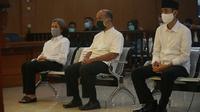 Tiga terdakwa kasus penyebaran hoaks Nasri Banks, Raden Ratna Ningrum dan Raden Ranggasasana menjalani persidangan dengan pembacaan vonis oleh majelis hakim di Pengadilan Negeri Bandung, Selasa (27/11/2020). (Liputan6.com/Huyogo Simbolon)