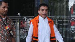 Gubernur Aceh nonaktif Irwandi Yusuf di kawal petugas saat tiba untuk menandatangani surat perpanjangan penahanan di gedung KPK, Jakarta, Jumat (28/9). Irwandi Yusuf diduga menerima suap dana Otsus Provinsi Aceh tahun 2018. (Merdeka.com/Dwi Narwoko)