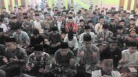 Ratusan santri pesantren tengah khusuk menjalankan rutinitas keagamaan selama Ramadan (Liputan6.com/Jayadi Supriadin)