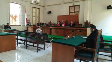 Pengadilan Negeri Makassar menjatuhkan hukuman pidana kepada eks Bendahara Brimob Polda Sulsel, Iptu Yusuf Purwantoro selama 2 tahun 6 bulan penjara (Liputan6.com/ Eka Hakim)