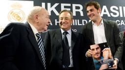 Nama yang lebih dulu tersiar sebelum Ronaldo dan Mourinho adalah Iker Casillas (kanan). Perez (tengah) menyebut jika Casillas adalah penipu terbesar di Madrid. Dirinya juga menambahkan bahwa salah satu legenda kiper Los Blancos itu bukanlah kiper yang bagus. (Foto: Pierre-Philippe Marcou)