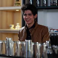 Aliando Syarief berperan sebagai barista dalam video klip terbaru The Freaks yang berjudul 'Bahagia Dengan Cinta'. (Deki Prayoga/Bintang.com)