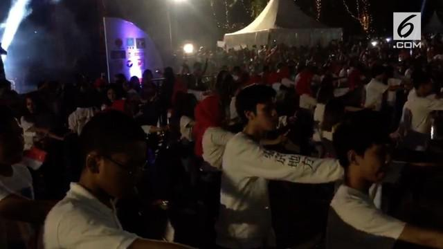 Selain gelar doa bersama, massa pendukung Jokowi-Ma'ruf Amin juga membuat flashmob goyang dayung dengan iringan lagu Meraih Bintang dari Via Vallen.