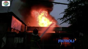 Api ludeskan tiga toko dan satu rumah di Tangerang, Banten, pada Rabu petang.