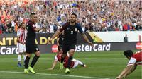 Penyerang timnas Amerika Serikat (AS), Clint Dempsey, melakukan selebrasi setelah menjebol jala Paraguay pada pertandingan ketiga Grup A Copa America 2016, Minggu (12/6/2016). (AFP)