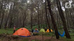 Pengunjung saat berada di lokasi perkemahan Curug Hiji, Bogor, Minggu (5/9/2021). Meski Kabupaten Bogor masih dalam masa PPKM level 3, sejumlah lokasi wisata luar ruangan mulai ramai dikunjungi pengunjung. (Liputan6.com/Helmi Fithriansyah)