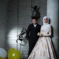 Risty Tagor; Hijab,dress dan sarung tangan by by Normamoi IG @normahauri, kalung by number9 IG @nubernineonline. Stuart Collin:  blazer by Yudhistira IG @yudhistira_tyra. Make up by Devrio, Fashion Stylist Iwan Latiff. (M. Akrom Sukarya/Bintang.com)