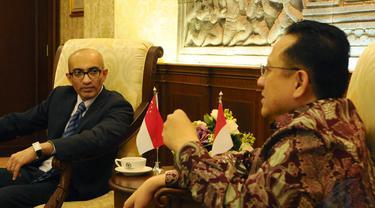 Delegasi kedutaan besar Singapura untuk Indonesia (kiri) menemui Ketua DPD RI Irman Gusman, Jakarta, Jumat (5/12/2014). (Liputan6.com/Andrian M Tunay)
