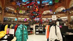 Sebuah pohon Natal raksasa terlihat di Lafayette saat hari pertama pembukaan kembali pusat perbelanjaan tersebut di Paris, Prancis, 28 November 2020. Seluruh toko nonesensial melanjutkan kembali aktivitas mereka di bawah protokol kesehatan yang ketat. (Xinhua/Gao Jing)