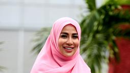 Penyanyi berusia 35 tahun ini tampil memakai hijab dan pakaian yang syar'i dengan paduan pink dan biru, ditambah dengan senyuman di wajahnya, penampilannya semakin cerah (KapanLagi.com/Deki Prayoga)