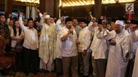 Ketum Partai Gerindra Prabowo Subianto bersama sejumlah ulama dalam konferensi pers di Hambalang, Jawa Barat, Sabtu (9/12). Gerindra resmi mengusung Mayjend (Purn) Sudrajat sebagai Calon Gubernur Jawa Barat pada Pilkada 2018. (Liputan6.com/Faizal Fanani)