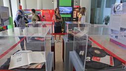 Turis asing mengunjungi pameran sejarah Asian Games 1962 di Museum Nasional, Jakarta, Minggu (19/8). Pameran diharapkan memotivasi dan membangun semangat tuan rumah penyelenggaraan Asian Games 2018 di Jakarta dan Palembang (Liputan6.com/Herman Zakharia)