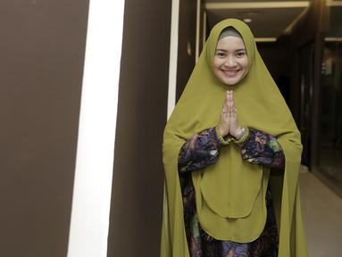 Ikke Nurjanah tampil anggun dengan balutan hijab syar'i yang dipakainya. Dengan hijab berwarna hijau army, Ikke terlihat sangat memesona. Senyum yang terus diumbar Ikke juga membuat pesona dirinya terpancarkan. (KapanLagi.com/Muhammad Akrom Sukarya)