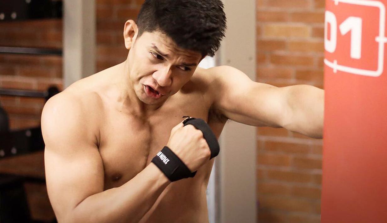 Menjadi aktor yang bermain di film action membutuhkan tubuh yang kuat dan prima. Oleh sebab itu, Iko Uwais selalu melatih tubuhnya. Iko Uwais sering kali berlatih keras seperti memperkuat kekuatan pukulan dengan meninju. (Liputan6.com/IG/@iko.uwais)