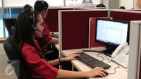 Petugas tengah melakukan pelayanan call center di Kantor Otoritas Jasa Keuangan (OJK), Jakarta, Rabu (4/11/2015). OJK memastikan enam peraturan berkaitan dengan pasar modal syariah diterbitkan sebelum 2015 berakhir. (Liputan6.com/Angga Yuniar)