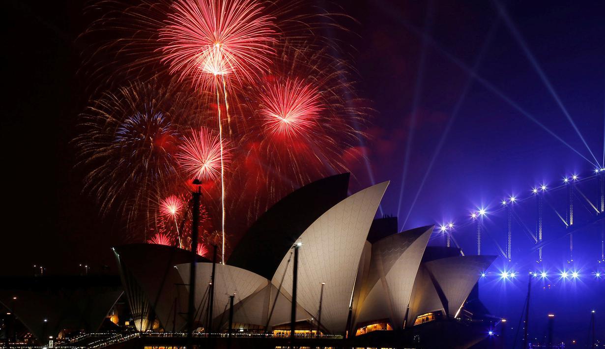 Keindahan kembang api di atas Sydney Opera House, Sydney, Australia (31/12). Pesta kembang api menjelang tahun baru di kota Sydney adalah salah satu yang terbesar dan termegah di dunia. (Reuters/Jason Reed)