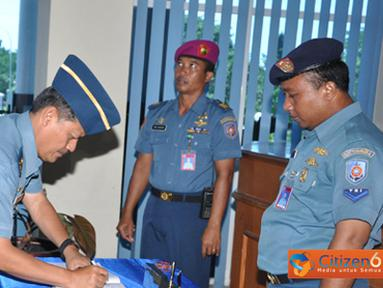 Citizen6, Surabaya: Kunjungan Waasops Panglima TNI ini, dilakukannya setelah Ia membuka latihan penyiapan kru KRI yang akan diberangkantan ke Lebanon dalam misi PBB. (Pengirim: Penkobangdikal)