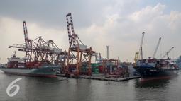 Sejumlah kapal menurunkan peti kemas diTanjung Priok, Jakarta (10/11). Badan Pusat Statistik menyebutkan kinerja ekspor Indonesia pada kuartal III 2015 minus 0,69 persen dan impor minus 6,11 persen dibanding tahun lalu. (Liputan6.com/Faizal Fanani)