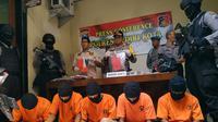 Selain pencuri apes, polisi di Kediri juga menangkap enam orang jambret yang salah satunya ditembak di kaki. (Liputan6.com/Dian Kurniawan)