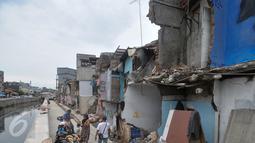 Kondisi rumah warga di bantaran kali Jalan Krukut, Jakarta, Kamis (3/11). Warga berharap tidak ada lagi pembongkaran tempat tinggal mereka oleh Gubernur DKI Jakarta yang terpilih pada Pilkada 2017 mendatang. (Liputan6.com/Yoppy Renato)