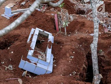 Sebuah makam usai dibongkar di TPU Grogol, Depok, Jawa Barat, Kamis (20/9). Sebanyak 525 makam di TPU tersebut dibongkar dan dipindahkan ke lokasi baru karena dilewati rencana pembangunan jalan tol Depok-Antasari (Desari). (Liputan6.com/Immanuel Antonius)