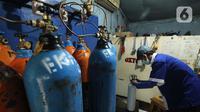 Pekerja mengecek tabung oksigen medis di agen isi ulang oksigen di Cipondoh, Kota Tangerang, Kamis (24/6/2021). Permintaan tabung oksigen kebutuhan medis rumahan dan rumah sakit mengalami peningkatan hingga 100 persen sejak lonjakan kasus COVID-19 di Kota Tangerang. (Liputan6.com/Angga Yuniar)