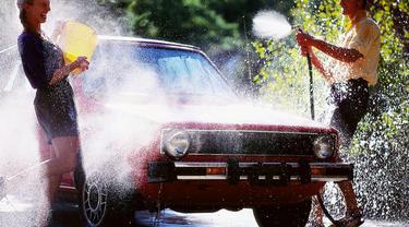 Cara Seru Cuci Mobil di Rumah