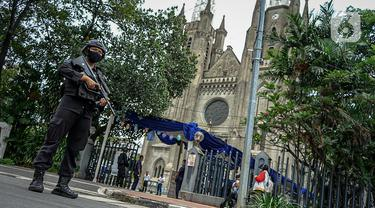 Polisi bersenjata melakukan pejagaan saat misa Minggu Paskah di Gereja Katedral, Jakarta, Minggu (4/4/2021). Sejumlah personel gabungan TNI-Polri disipakan untuk melakukan pengamanan di sejumlah gereja pada perayaan Paskah. (Liputan6.com/Faizal Fanani)