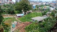 Rumah yang hancur dan rusak terlanda material longsoran dengan latar belakang lereng yang longsor. (Dok. PVMBG)