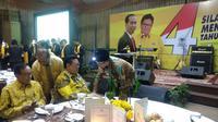 TGB menyapa petinggi Partai Golkar di acara silaturahmi akhir tahun. (Liputan6.com/Putu Merta Surya Putra)