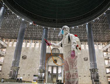 FOTO: Ramadhan, Masjid Istiqlal Disemprot Disinfektan Cegah Penyebaran COVID-19