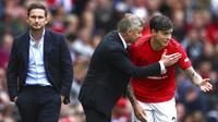 Pelatih Manchester United, Ole Gunnar Solskjaer, memberi arahan kepada Victor Lindelof pada laga Premier League 2019 di Stadion Old Trafford, Minggu (11/8). Manchester United menang 4-0 atas Chelsea. (AP/Dave Thompson)