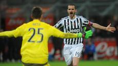 Bek Juventus, Leonardo Bonucci, merayakan kemenangan atas Inter Milan pada laga semi final Coppa Italia di Stadion Giuseppe Meazza, Rabu (3/2/2016). Kemenaangan atas Inter membawa Juventus lolos ke babak final. (EPA/Daniele Mascolo)
