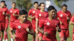 Pemain Persija Jakarta mengikuti sesi latihan jelang laga Liga 1 di Lapangan Sutasoma, Jakarta, Jumat (07/12). Persija akan berhadapan dengan Mitra Kukar. (Bola.com/M Iqbal Ichsan)
