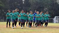 Timnas Indonesia putri saat latihan jelang penyisihan Grup A Asian Games 2018. (Bola.com/Riskha Prasetya)